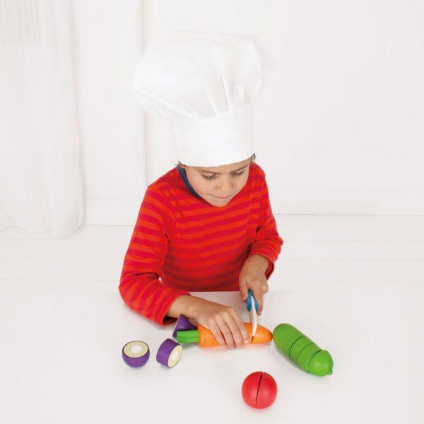 bambina taglia verdure
